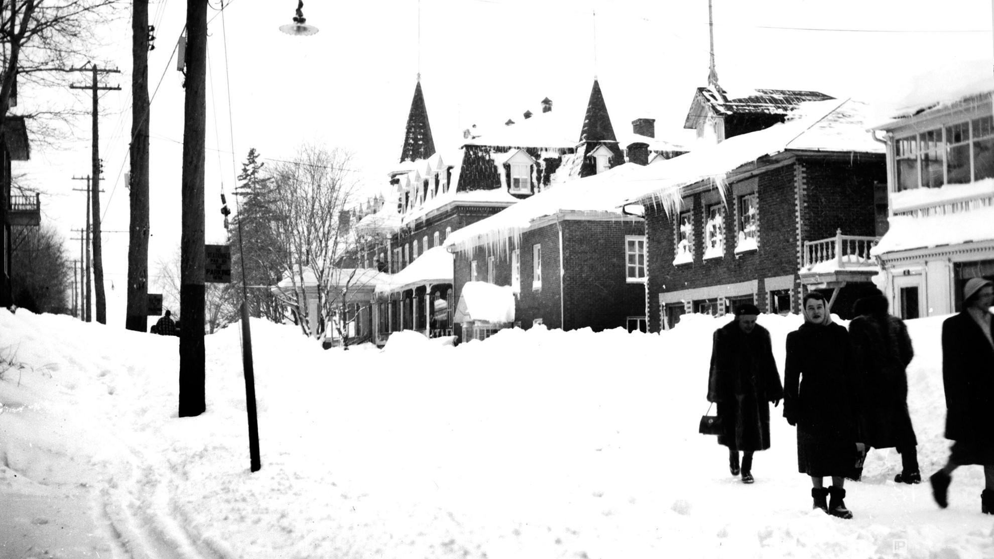 Rivière-du-Loup - Musée du Bas-Saint-Laurent, rue de la Cour vers 1945 - Fonds Joseph-Adélard Boucher, Jab0507a.